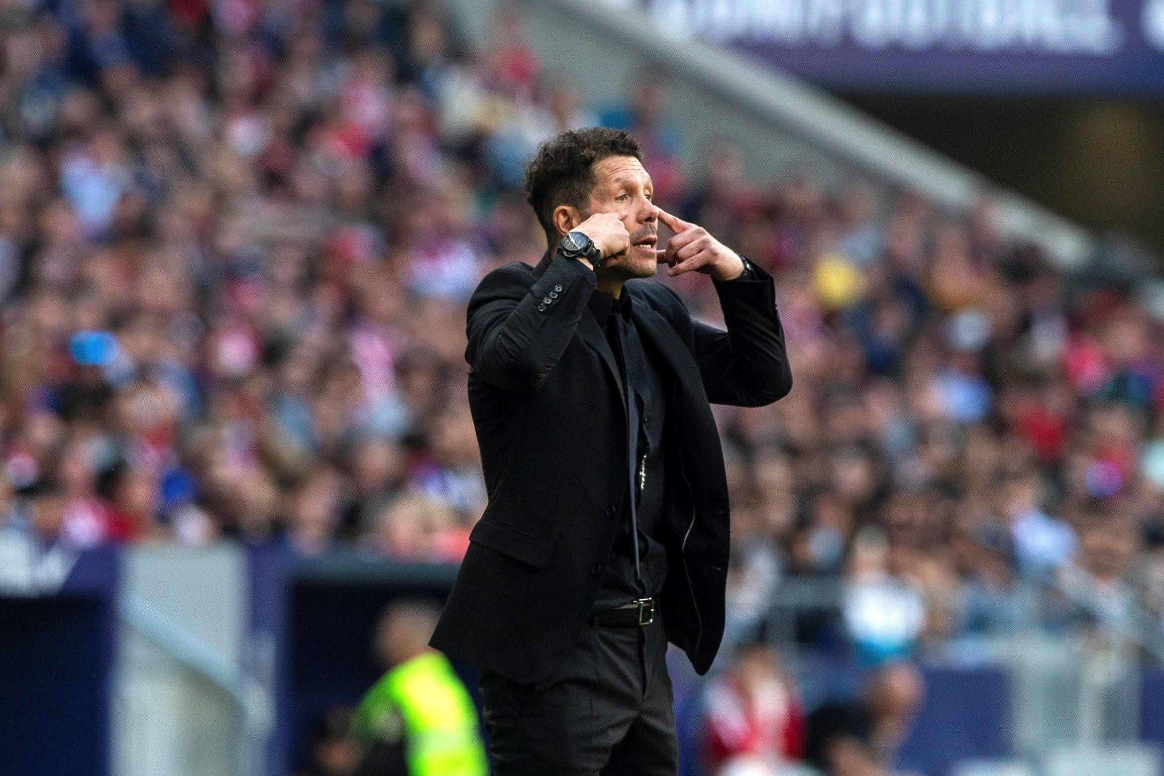El entrenador argentino del Atlético de Madrid Diego Simeone da indicaciones a sus jugadores. (Foto Prensa Libre: EFE)