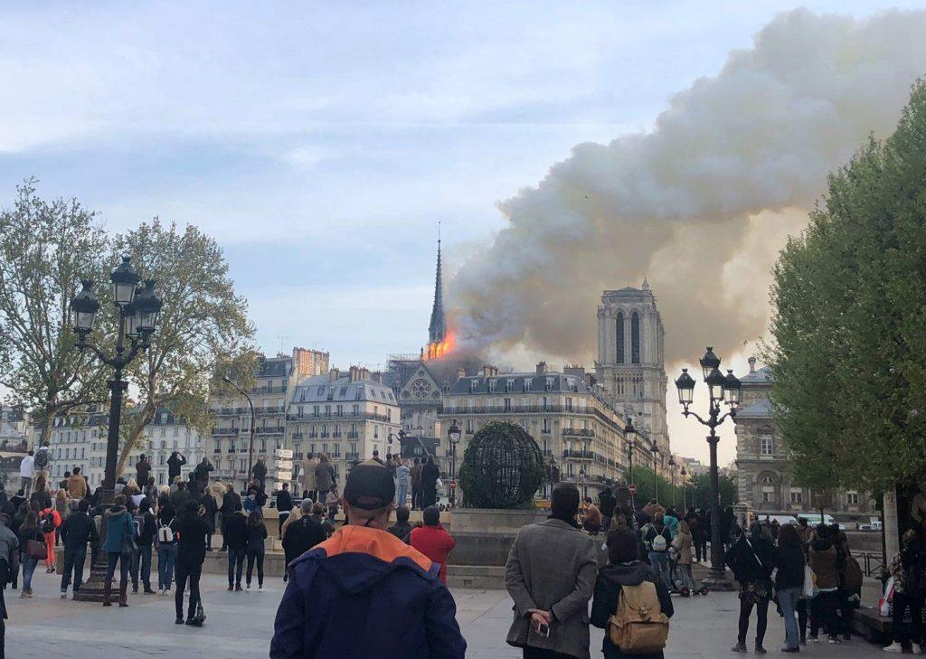 Varias personas se han acercado para observar el incendio. Foto Prensa Libre: AFP