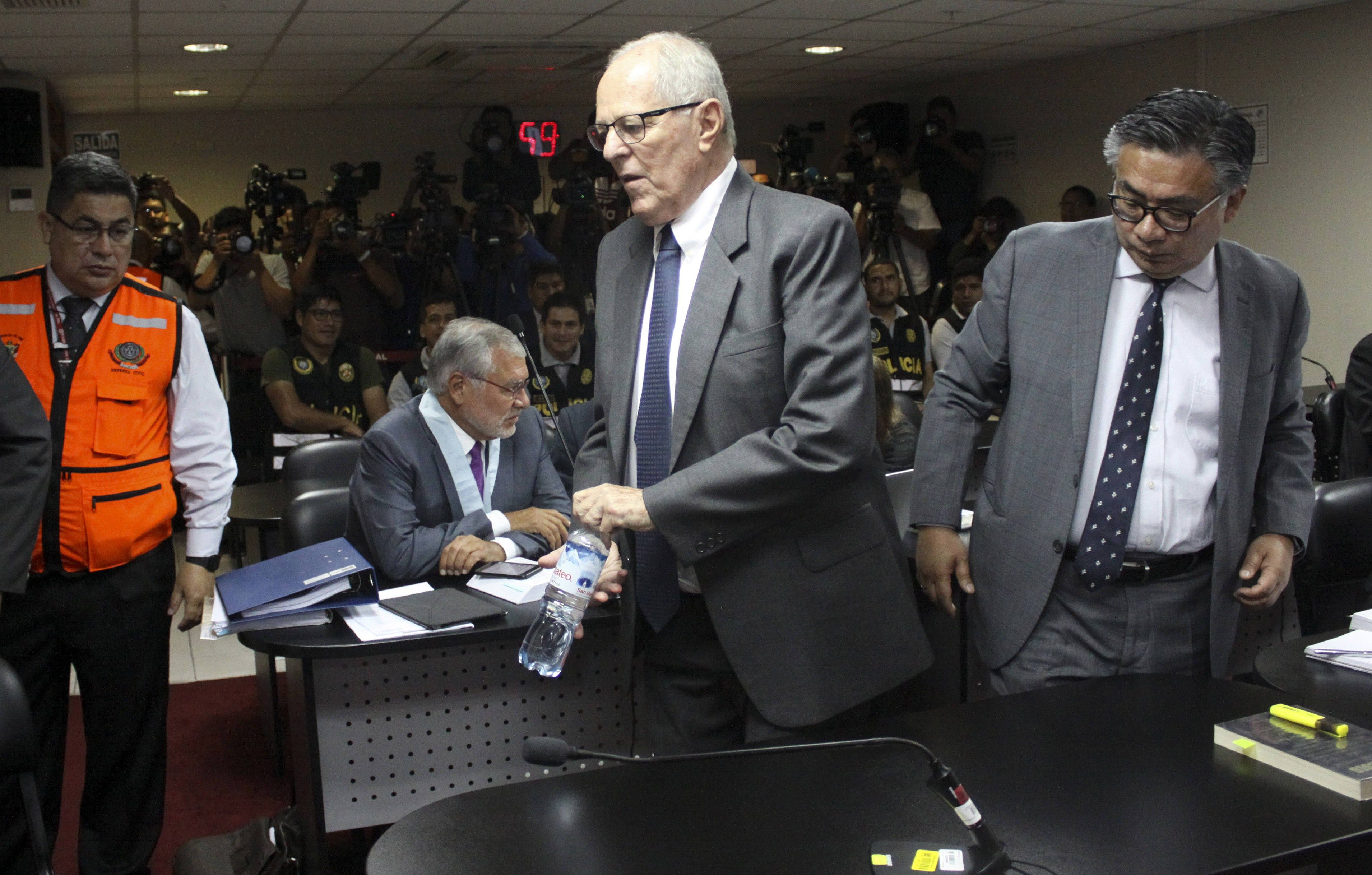 Pedro Pablo Kuczynski, acompañado de su abogado, César Nakazaki, durante una audiencia en una Sala Penal de Apelaciones de Lima. (Foto Prensa Libre: EFE)