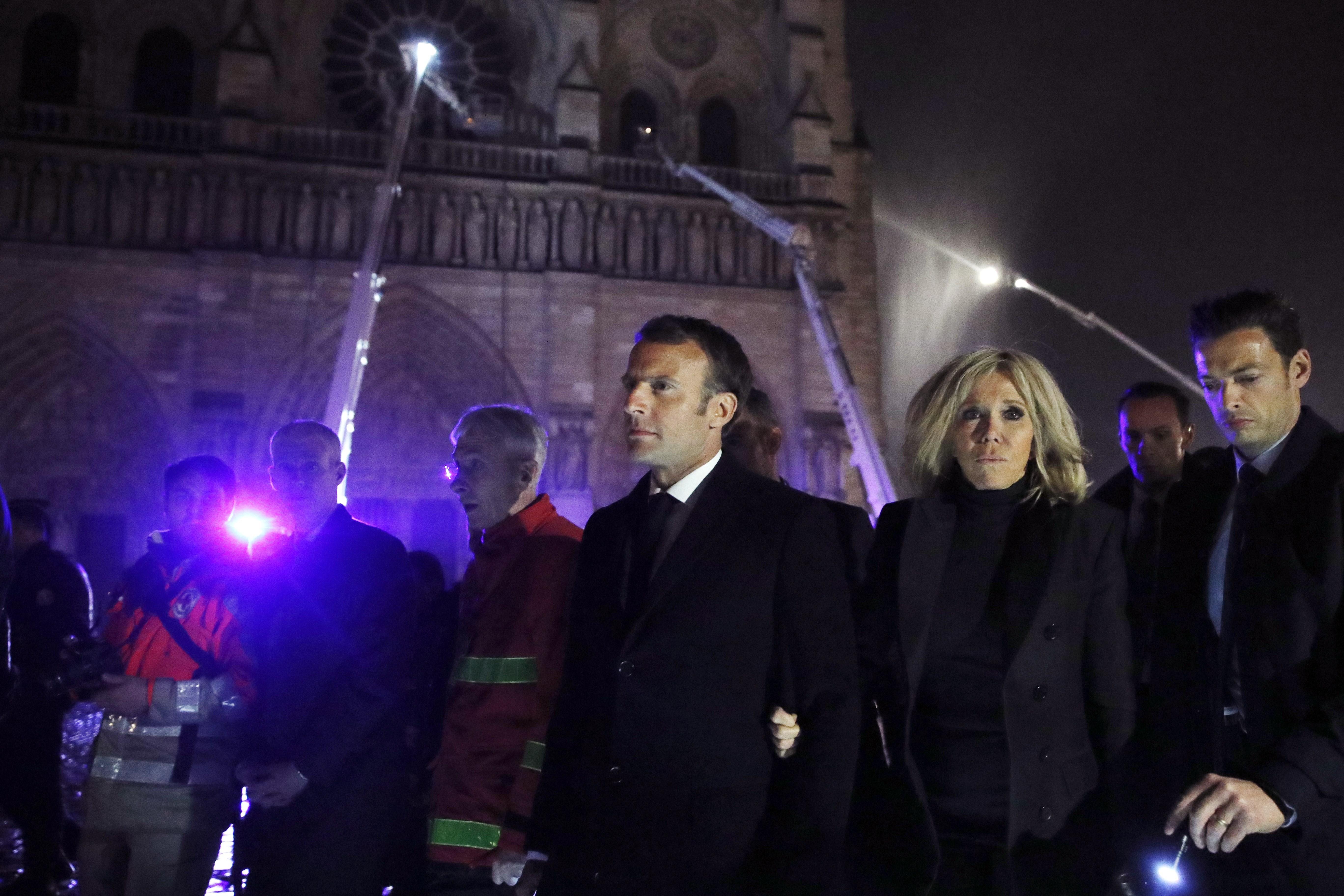 El presidente de Francia, Emmanuel Macron, visitan a los bomberos que intentan apagar el incendio en la catedral de Notre Dame. (Foto Prensa Libre: EFE)