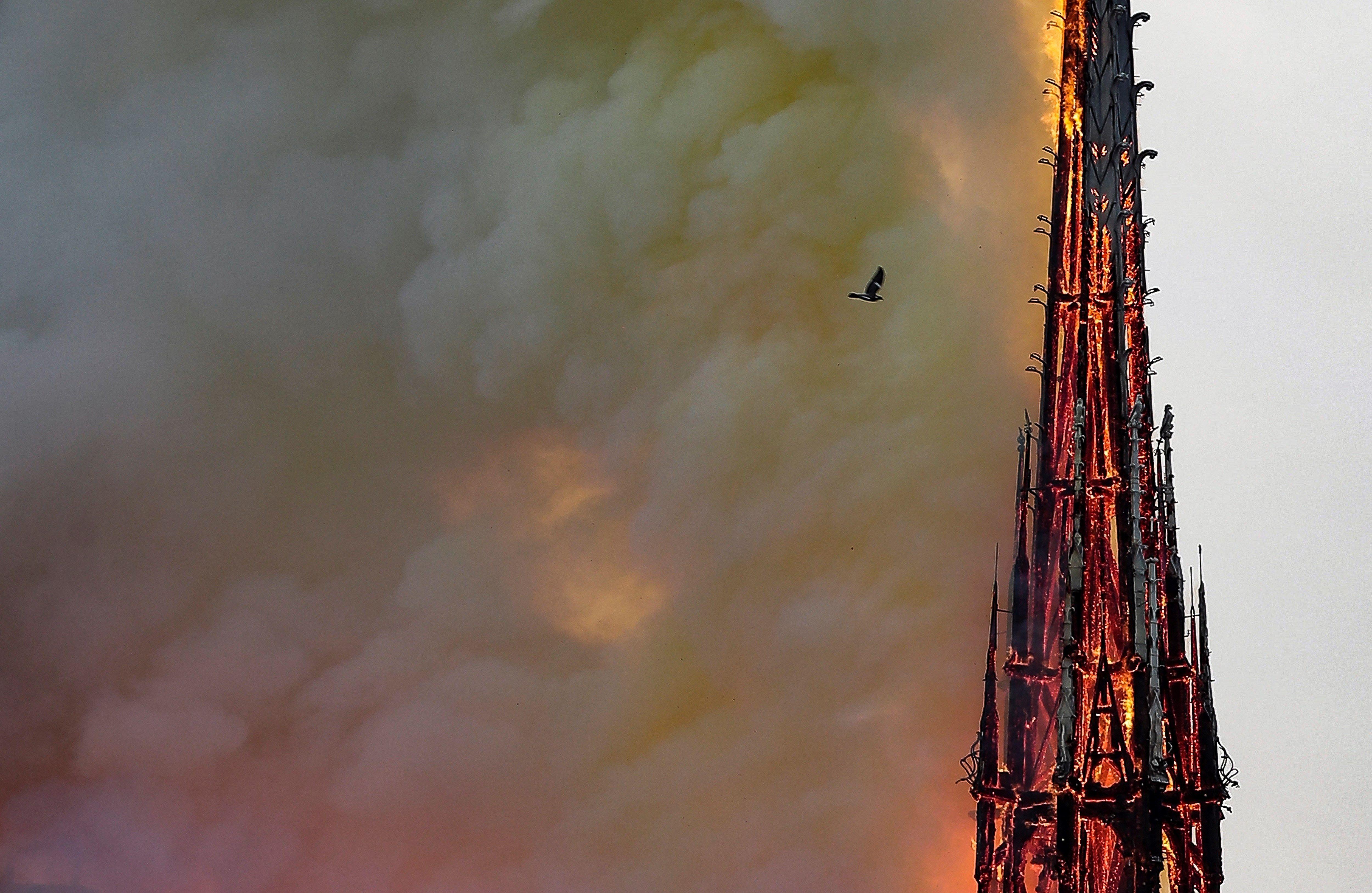 EPA177. PARIS (FRANCIA), 16/04/2019.- Las llamas arrasan la aguja de la catedral de Notre Dame, este lunes 15, en París (Francia). Francia evalúa este martes los daños sufridos por la catedral de Notre Dame de París, devastada por un incendio cuyo origen es todavía desconocido y está siendo investigado por la Justicia. EFE/Ian Langsdon