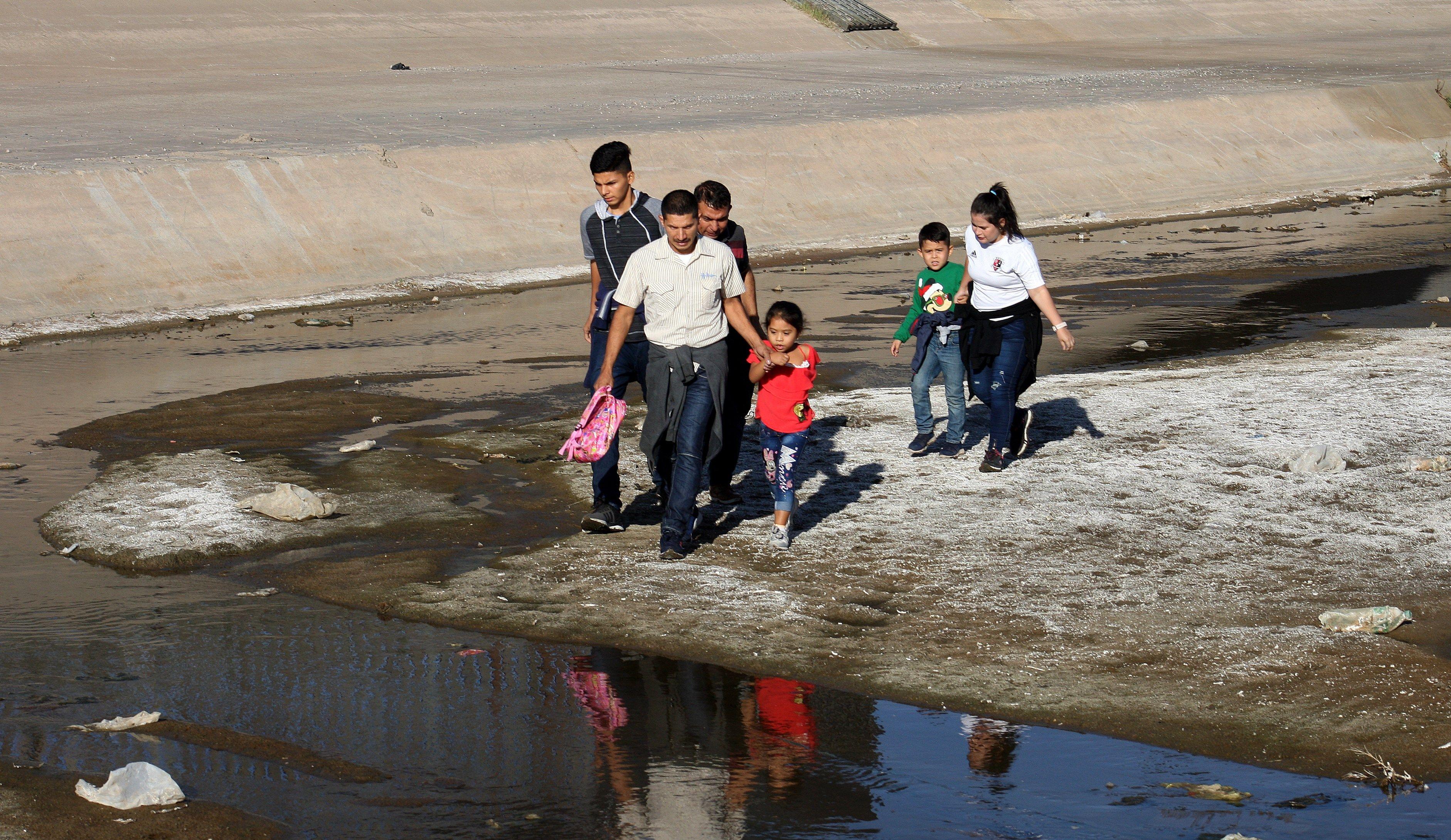 Una familia cruza el río Bravo este, en la fronteriza Ciudad Juárez, en el estado de Chihuahua (México). (Foto Prensa Libre. EFE)