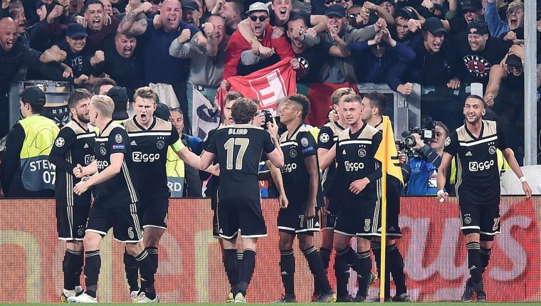Así festejaron los jugadores del Ajax en Turín. (Foto Prensa Libre: EFE)