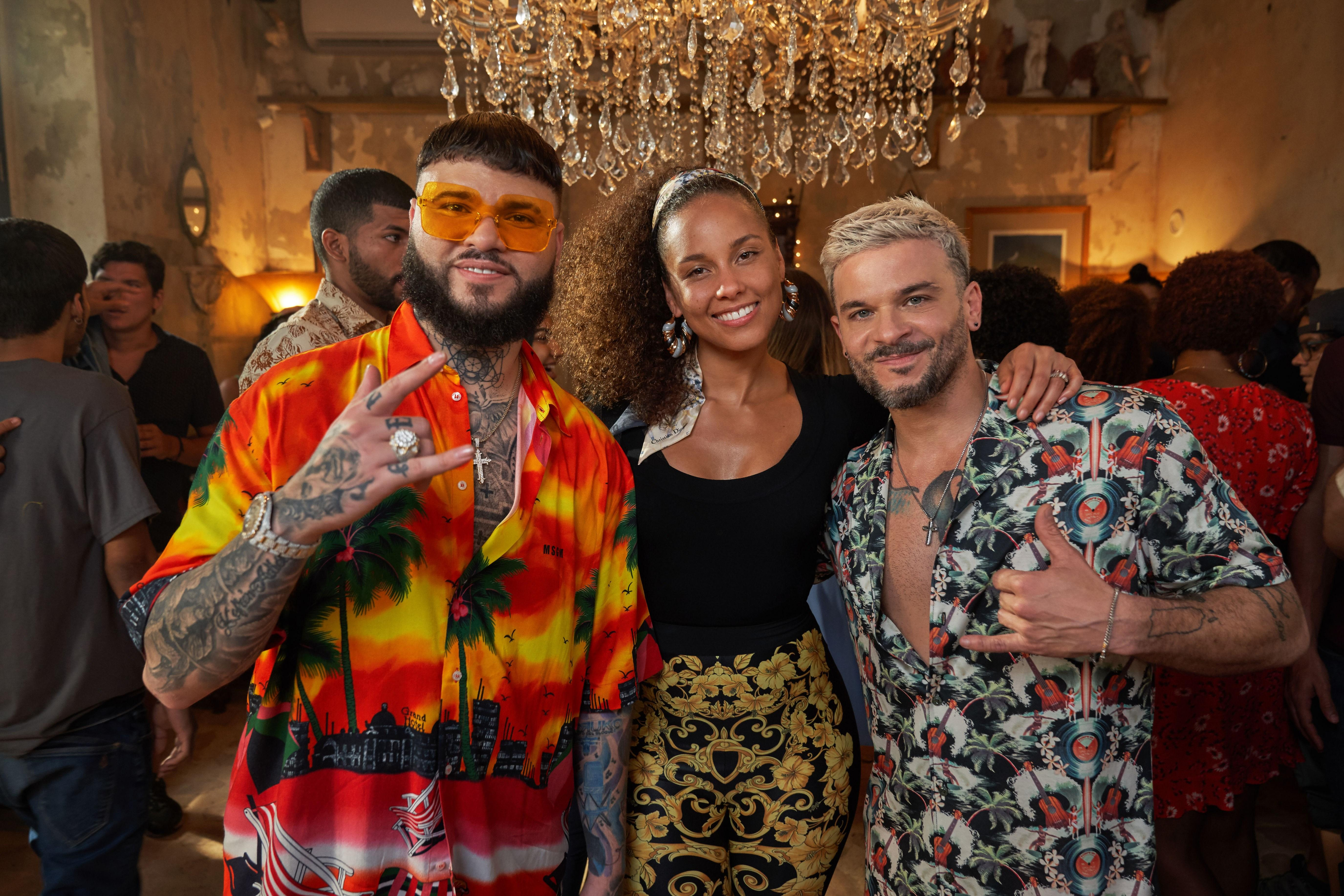 """""""Calma (Alicia Remix)"""" será difundida en todas las plataformas junto al vídeo musical de la canción, grabado por los tres intérpretes en las playas y calles de San Juan de Puerto Rico, informó la casa disquera Sony. Foto Prensa Libre: EFE."""