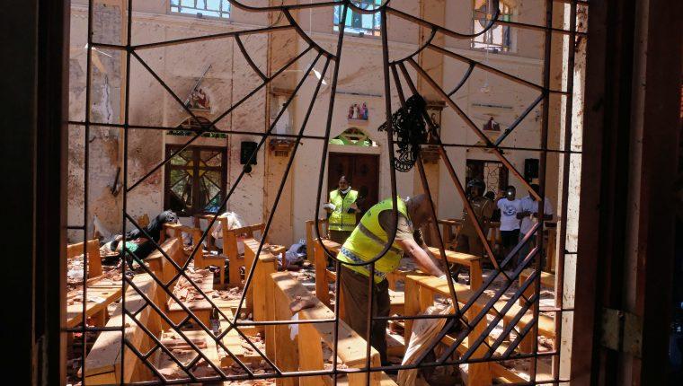 La policía investiga los daños y muertes en la iglesia de San Sebastián de Katuwapitiya en Negombo, cerca de Colombo.