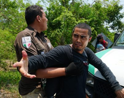 Oficiales del Instituto Nacional de Migración de México (Inami) detienen a un hombre durante un operativo en el municipio de Pijijiapan, en el estado de Chiapas.  (Foto Prensa Libre: EFE)