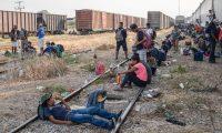 """MEX001. IXTEPEC(MÉXICO),26/04/2019.- Cientos de migrantes centroamericanos esperan abordar nuevamente las góndolas del tren """"La Bestia"""" este viernes en el municipio de Ixtepec, en el estado de Oaxaca (México), para continuar su camino hacia la frontera de Estados Unidos, a pesar de los retenes que las autoridades mexicanas han impuesto para detener su travesía. EFE/Luis Villalobos"""