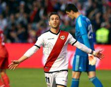 El centrocampista del Rayo Vallecano, Adrián Embarba, celebra el  gol del equipo vallecano frente al Real Madrid. (Foto Prensa Libre: EFE)