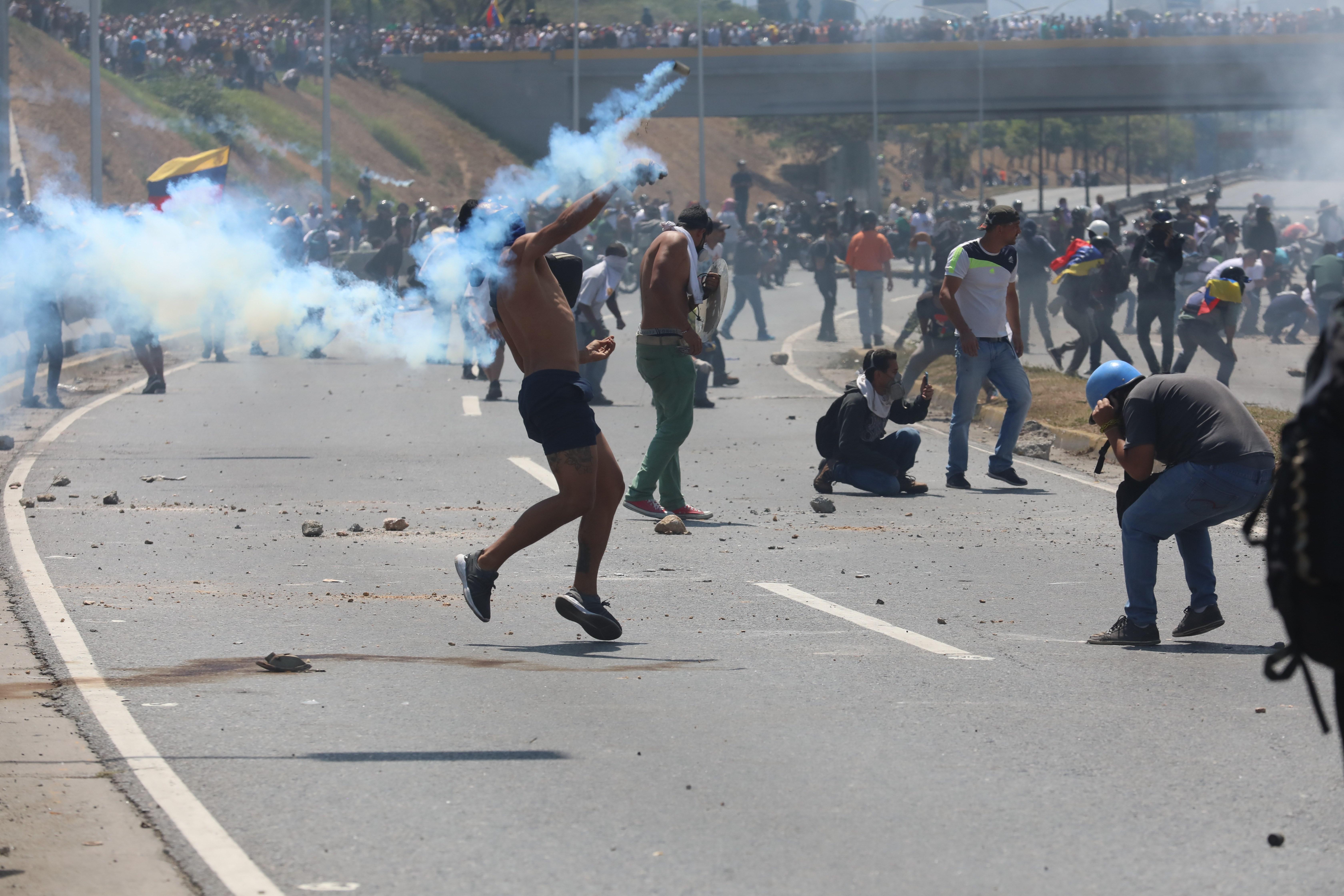 Simpatizantes de Juan Guaidó se enfrentan en la policía en la Avenida Francisco de Miranda de Caracas. (Foto Prensa Libre: EFE)