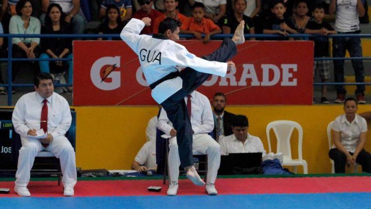 José Ixtacuy se ha especializado en el taekwondo modalidad de poomsae freestyle. (Foto Prensa Libre: Cortesía)