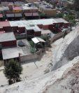 Vecinos viven con zozobra por riesgo latente de deslizamientos en Mixco y Villa Nueva. (Foto: Conred)