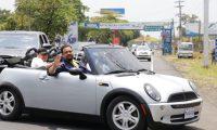 Presidente Jimmy Morales conduce el Mini Cooper durante una gira en la Costa Sur. (Foto Prensa Libre: Rolando Miranda)