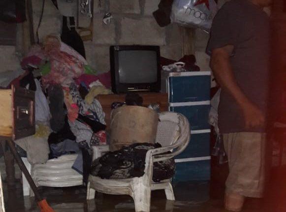 La lluvia de las últimas horas causó inundaciones en al menos 14 viviendas de Puerto Barrios, Izabal. (Foto Prensa Libre: Cortesía Conred)