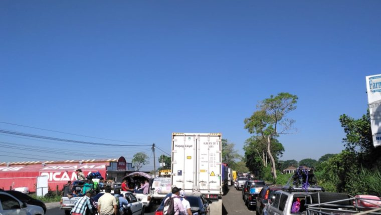 Accidente entre Mazatenango y Cuyotenango, Suchitepéquez, causa largas filas de vehículos. (Foto Prensa Libre: Cortesía La Red)