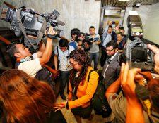 Fiscales salen del juzgado al enterarse que la audiencia no se iba a celebrar. (Foto Prensa Libre: Esbin García)