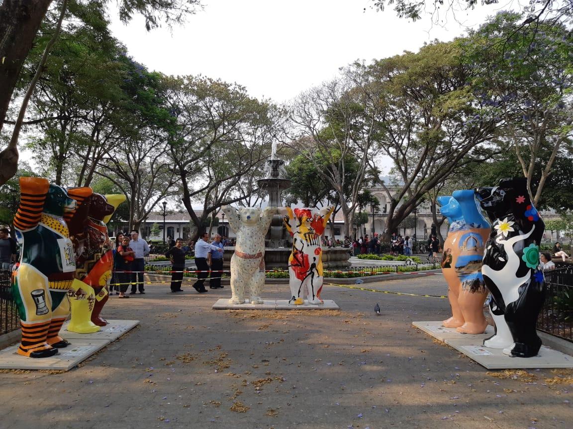 Parte de los United Buddy Bear que estarán expuestos desde hoy, 25 de abril, en el parque central de Antigua Guatemala. (Foto Prensa Libre: Julio Sicán)