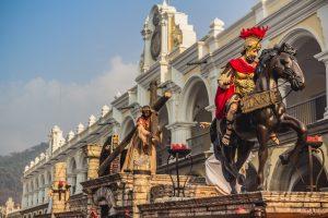 El Palacio de los Capitanes, testigo del paso de varios cortejos, es el fondo perfecto para la procesión del cuarto domingo de Cuaresma en Antigua Guatemala. Foto Prensa Libre: Jorge Cuyun