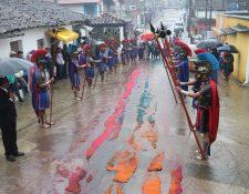La lluvia inició desde las 3:30 horas y atrasó el cortejo procesional. (Foto Prensa Libre: Eduardo Sam)