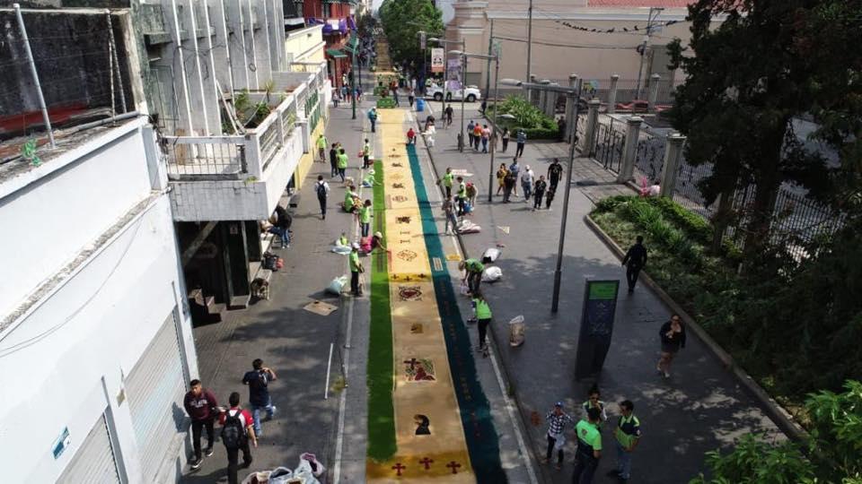 La alfombra abarca desde la 18 calle de la zona 1 hasta el parque Jocotenango en la zona 2 de la Ciudad de Guatemala. Foto Prensa Libre: Municipalidad de Guatemala
