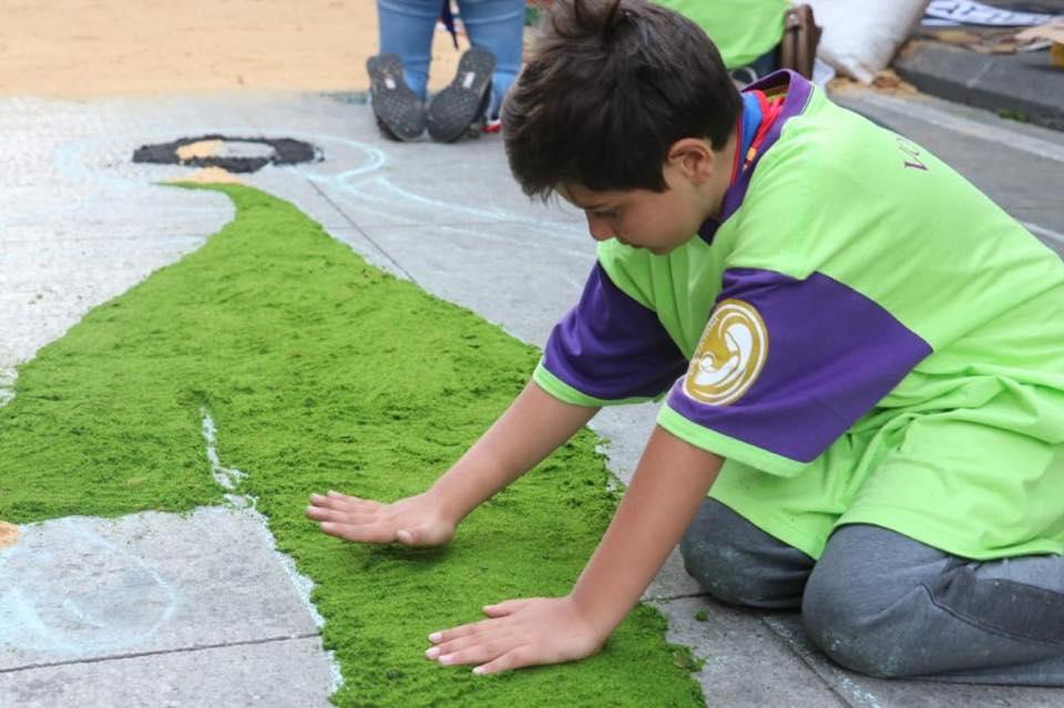 Varios niños participaron en la realización de la alfombra. Foto Prensa Libre: Municipalidad de Guatemala