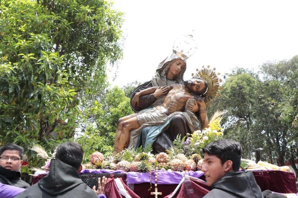 Por la alfombra pasa la procesión de La Piedad junto a Jesús de la Columna de la parroquia de Nuestra Señora de los Remedios, El Calvario. Foto Prensa Libre: Municipalidad de Guatemala
