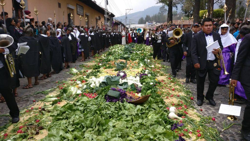Como es tradición, algunas personas ofrecen legumbres como un altar en las procesiones de Antigua Guatemala. Foto Prensa Libre: cortesía Roberto Masaya