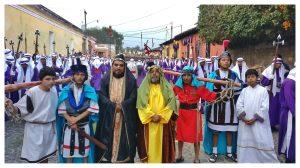 Varias personas se visten con trajes de la época de Jesús para revivir esos instantes. Foto Prensa Libre: Roberto Masaya
