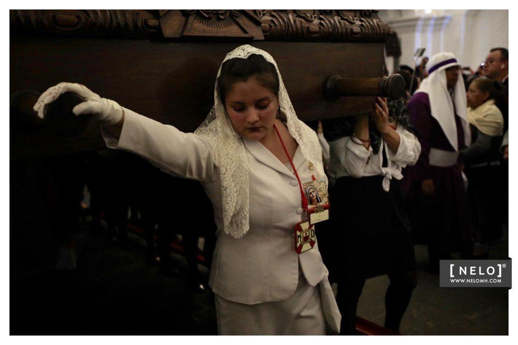 Una dama timonea el anda de la Virgen de Dolores en Antigua Guatemala. Foto Prensa Libre: Nelo Mijangos