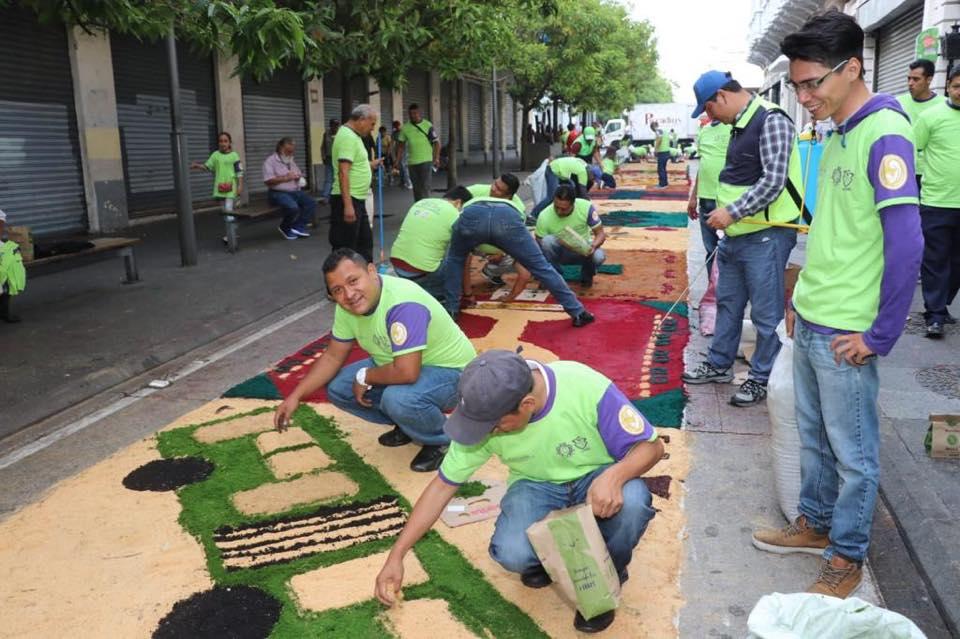 Varias personas se organizaron para realizar la alfombra de aserrín más grande de Guatemala. Foto Prensa Libre: Municipalidad de Guatemala