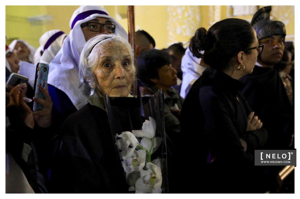 Afuera de la iglesia varias personas esperaron el cortejo desde horas de la noche del Jueves Santo. Foto Prensa Libre: cortesía Nelo Mijangos