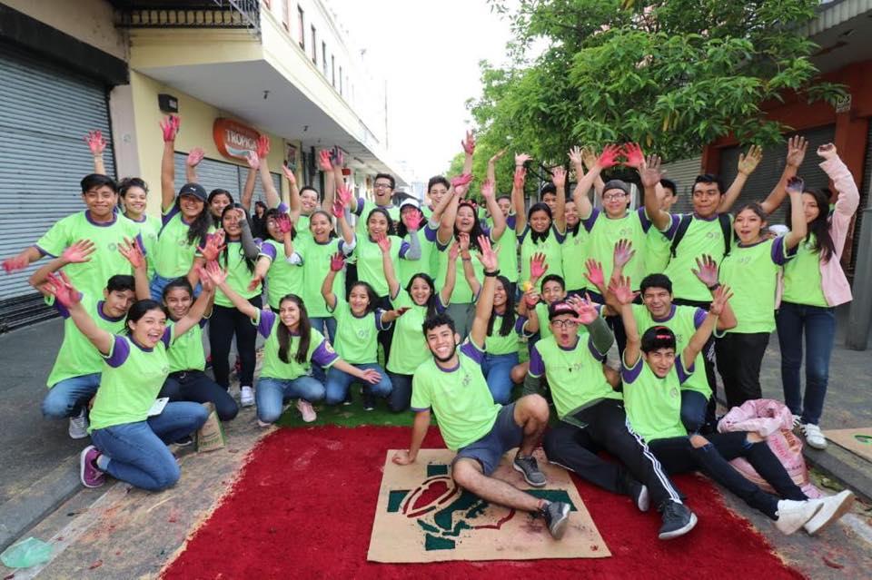 Por octavo año consecutivo varias personas, en su mayoría jóvenes, realizaron la alfombra de aserrín más grande de Guatemala. Foto Prensa Libre: Municipalidad de Guatemala