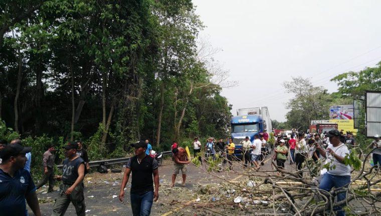 Pobladores liberan el bloqueo en el km 247.5 de la ruta al Suroccidente. (Foto Prensa Libre: Cortesía)