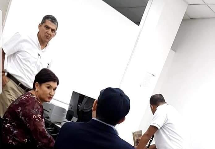 Thelma Aldana, durante averiguaciones migratorias en el aeropuerto de Tegucigalpa. (Foto: Migración de Honduras)