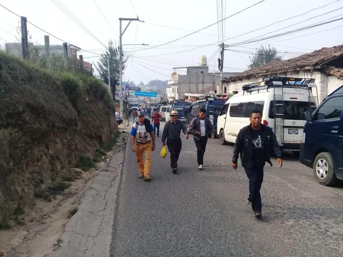 Pobladores de Quiché caminaron 2 km para encontrar un medio de transporte por bloqueo en la ruta