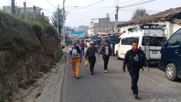 Pobladores de Quiché caminan por bloqueo de transportistas. (Foto Prensa Libre: Héctor Cordero)
