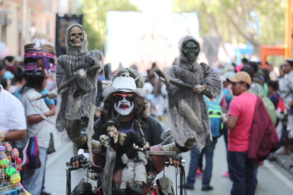 Durante el recorrido hay varios estudiantes que portan disfraces. Foto Prensa Libre: Juan Diego González