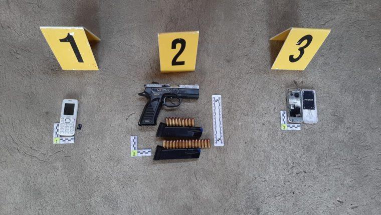 En el operativo para capturar a supuestos saqueadores, la PNC halló varias armas y otros objetos. (Foto Prensa Libre: Cortesía PNC)