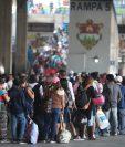 Familias se preparan para viajar a la Costa Sur. (Foto Prensa Libre: Carlos Hernández)