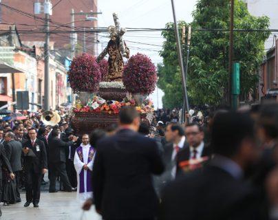 Ramos de flores lanzados al anda de Jesús Nazareno de La Merced caracterizan el cortejo de La Reseña, en la capital. (Foto Prensa Libre: Carlos Hernández)
