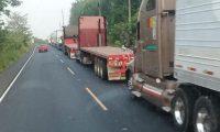 Traslado de mercancías entre Guatemala y México, y viceversa, se complica en segundo día de bloqueo en Ocós. (Foto Prensa Libre: Alex Coyoy)