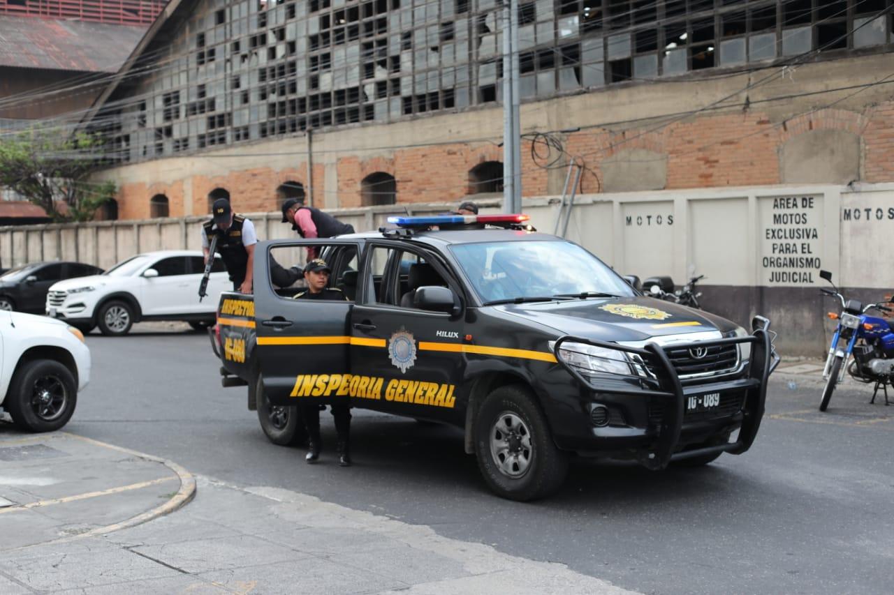 Agentes de la PNC arrestaron a sus compañeros para que comparezcan ante la justicia. (Foto Prensa Libre: Érick Ávila)