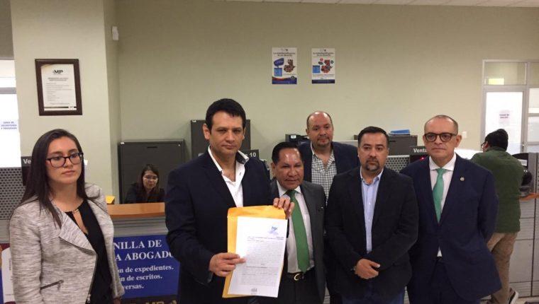 Diputados de la UNE presentaron la denuncia en el MP. (Foto Prensa Libre: Cortesía)