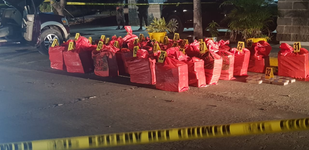 La Policía Nacional Civil, por medio del persona antinarcóticos, incautó cerca de una tonelada de cocaína. (Foto Prensa Libre: Cortesía)