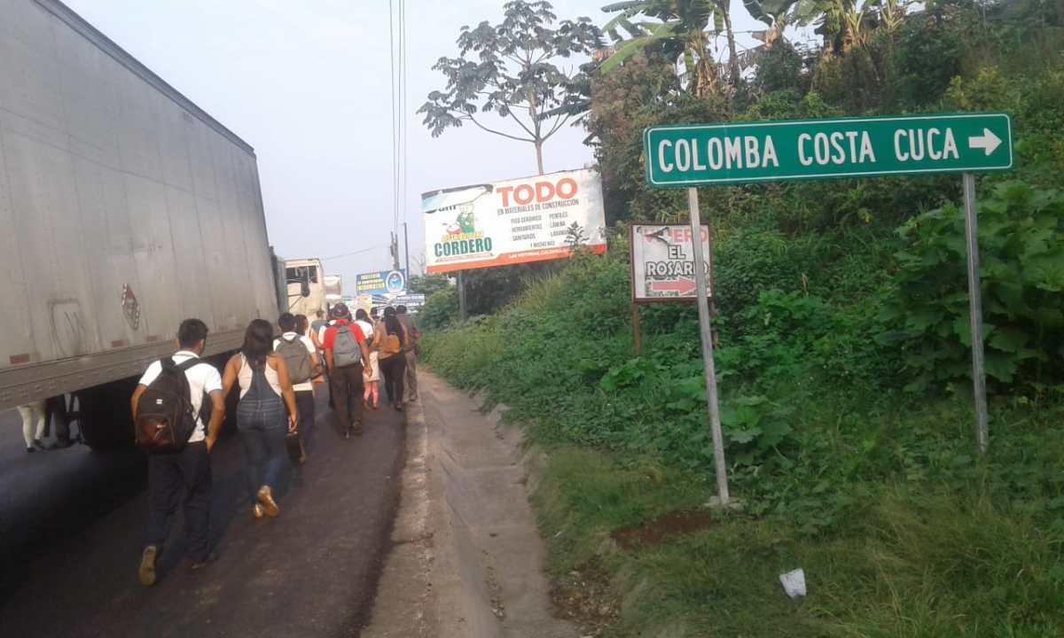 Bloqueo en Colomba afecta el paso de mercancías y automovilistas hacia Tecún Umán