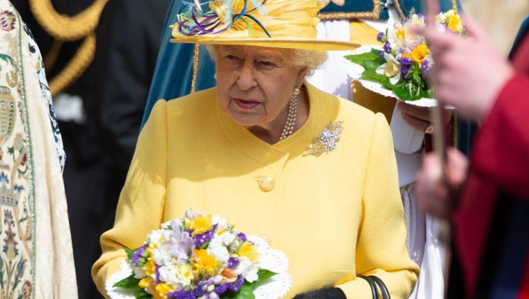 La Reina  Isabel II de Inglaterra asiste a las celebraciones de Jueves Santo en la Capilla de San Jorge, en el castillo de Windsor en Reino Unido, el Jueves Santo 18 de abirl.  (Foto Prensa Libre: EFE/ Stringer).