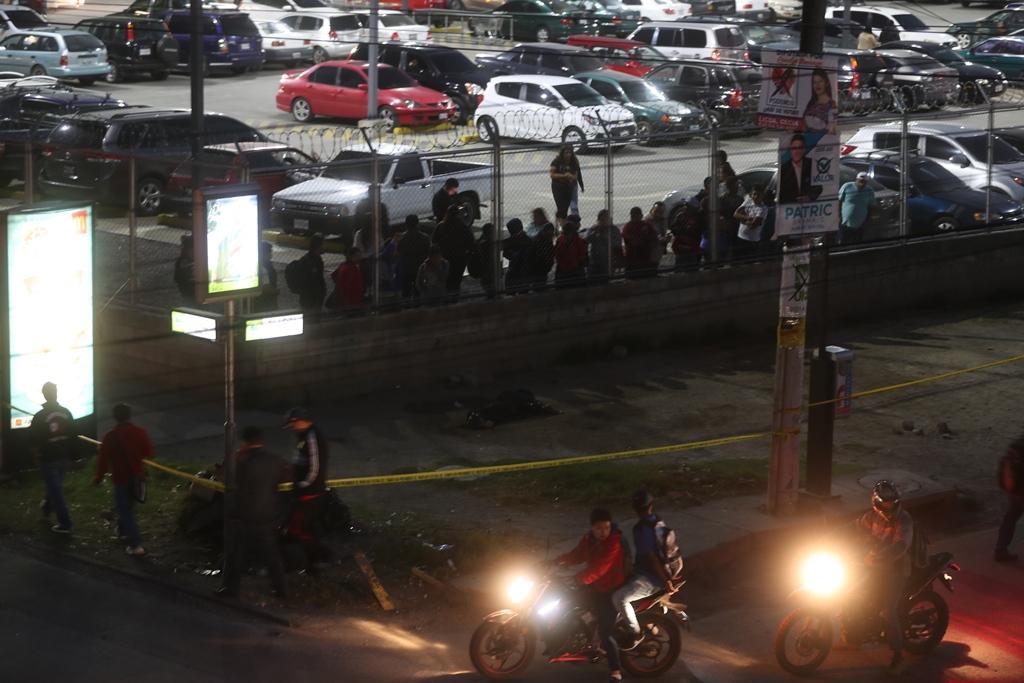Curiosos observan el lugar donde murió baleada una mujer de 17 años , en la zona 2 de Xela. (Foto Prensa Libre: Mynor Toc)