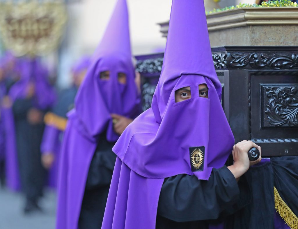 Penitentes con capirotes que cubren el rosto en forma de cono son los encargados de llevar los pasos previos al paso del nazareno. Foto Prensa Libre: Óscar Rivas