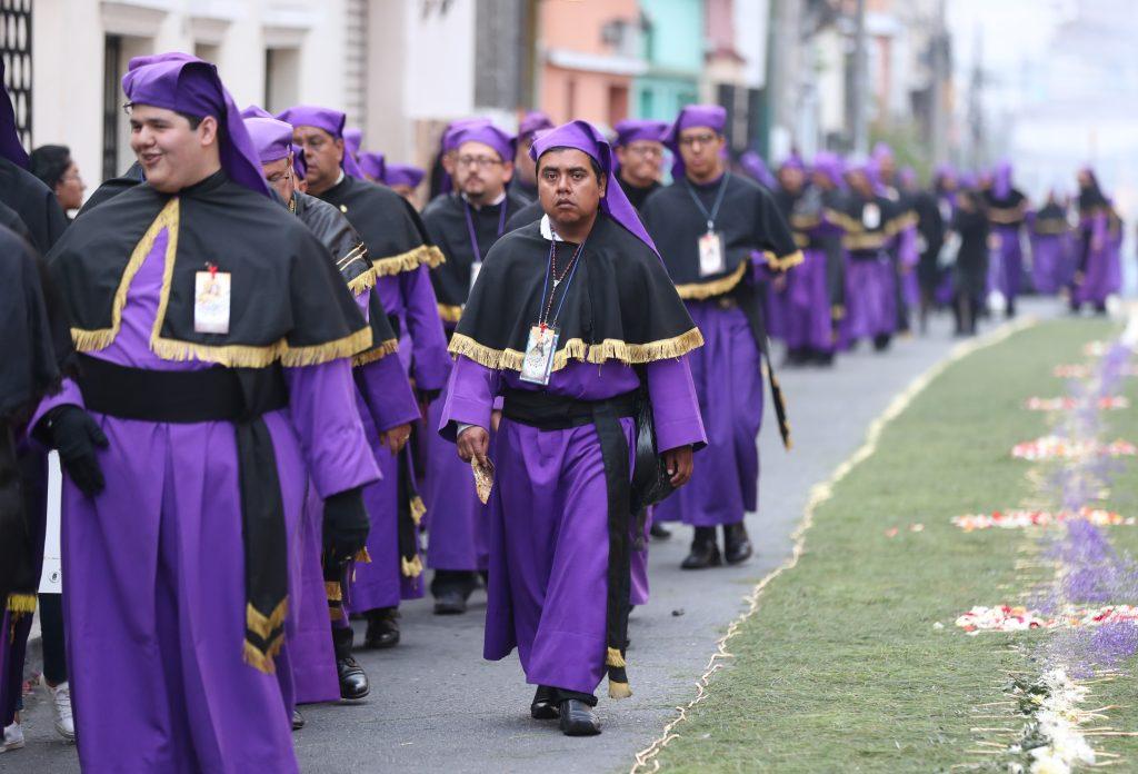 Los cucuruchos mercedarios utilizan el traje morado pero sus motivos son negros con dorado. Foto Prensa Libre: Óscar Rivas