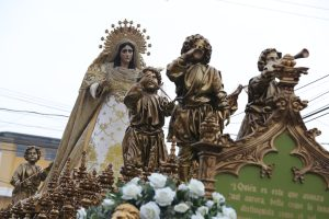 La Virgen de Dolores lleva delante a un grupo de niños con trompetas y palmas que anuncian su llegada. Foto Prensa Libre: Óscar Rivas
