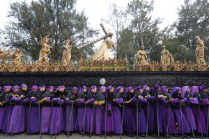 Uno de los puntos más esperados es el paso de Jesús de la Merced por el parque Jocotenango en la zona 2 de Guatemala. Foto Prensa Libre: Óscar Rivas